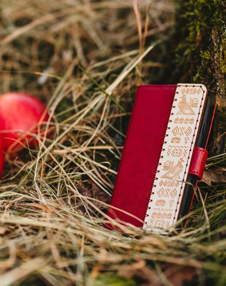 Kožené puzdro na telefón Čičmany červené iPhone 11 PRO