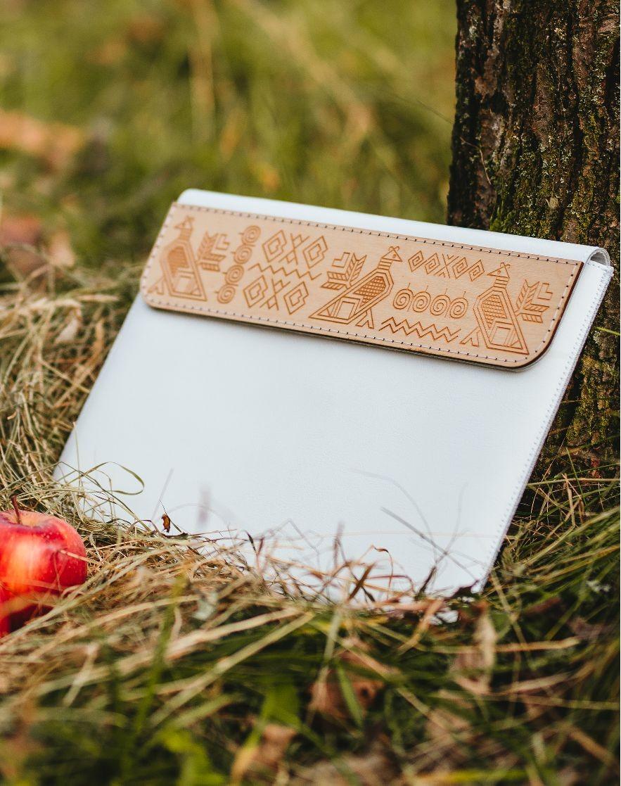 Kožené puzdro na tablet Čičmany biele iPad AIR 2020